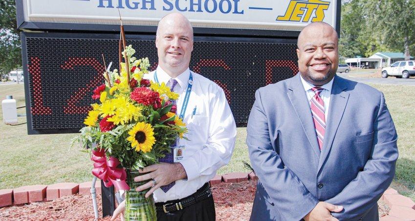 Tripp Crayton (izquierda), director de la Jordan-Matthews High School, con el ex-superintendente de las Escuelas del Condado de Chatham, el Dr. Derrick D. Jordan, en una foto pre-pandémica. Crayton fue nombrado el primer director de Seaforth High School este miércoles.