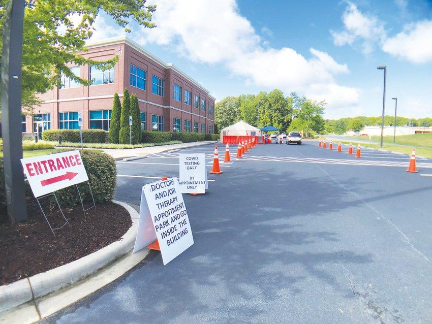 El Centro de Diagnóstico Respiratorio del Hospital de Chatham ofrece pruebas de COVID-19. Para hacerse la prueba, se necesita conducir al estacionamiento de la Oficina Médica, donde se ve una carpa establecida para administrar la prueba por ventanilla.
