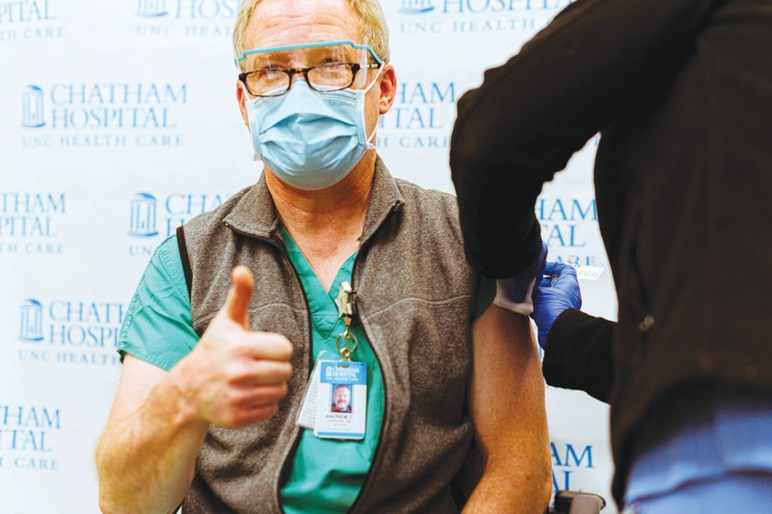 El Dr. Andrew Hannapel, director médico del Chatham Hospital, fue uno de los primeros en recibir la vacuna contra el COVID-19.