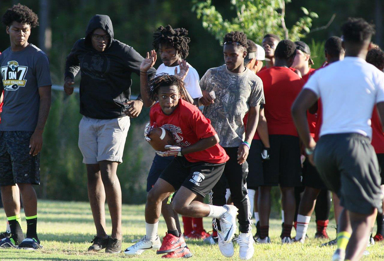 Middleburg wideout Jeremiah Everett catches pass in front of Oakleaf sideline.