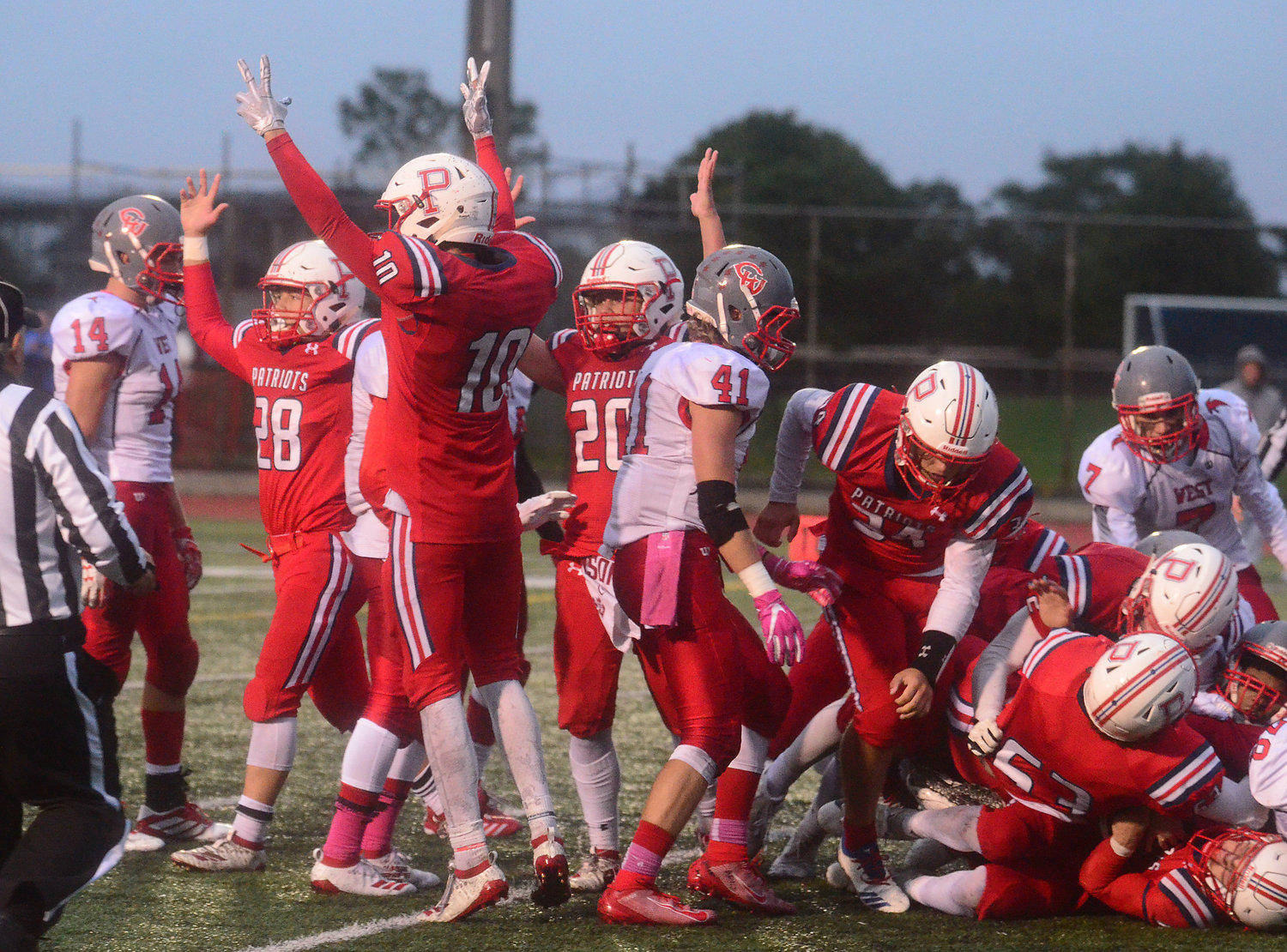 The team celebrates after Hurd scored from the 1-yard line.