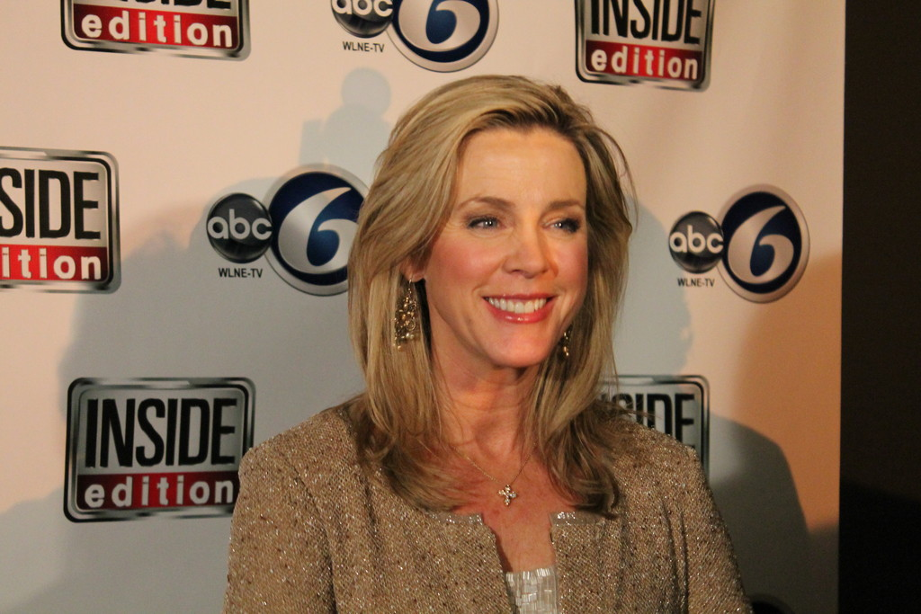 SHE�S A STAR: Deborah Norville, host of the primetime newsmagazine show, �Inside Edition,� posed for photos at an ABC 6 event in Providence last week.