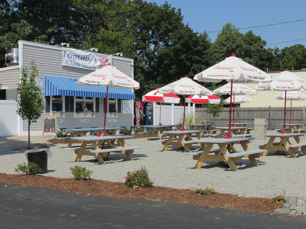 SEA-LIKE SETTING: This is Tommy's World Famous Clam Shack, located at 2275 Warwick Avenue, next to Dockside Seafood and Marketplace, that has been an instant success story since owner Tommy Patrick opened his mobile full-service concession trailer three weeks ago.